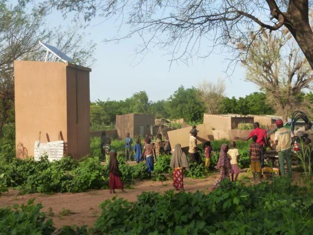 L'attribut alt de cette image est vide, son nom de fichier est Point-deau-alimente-par-lenergie-solidaire-mis-en-place-par-ESF-Commune-de-Tibiri-au-Niger.jpg.