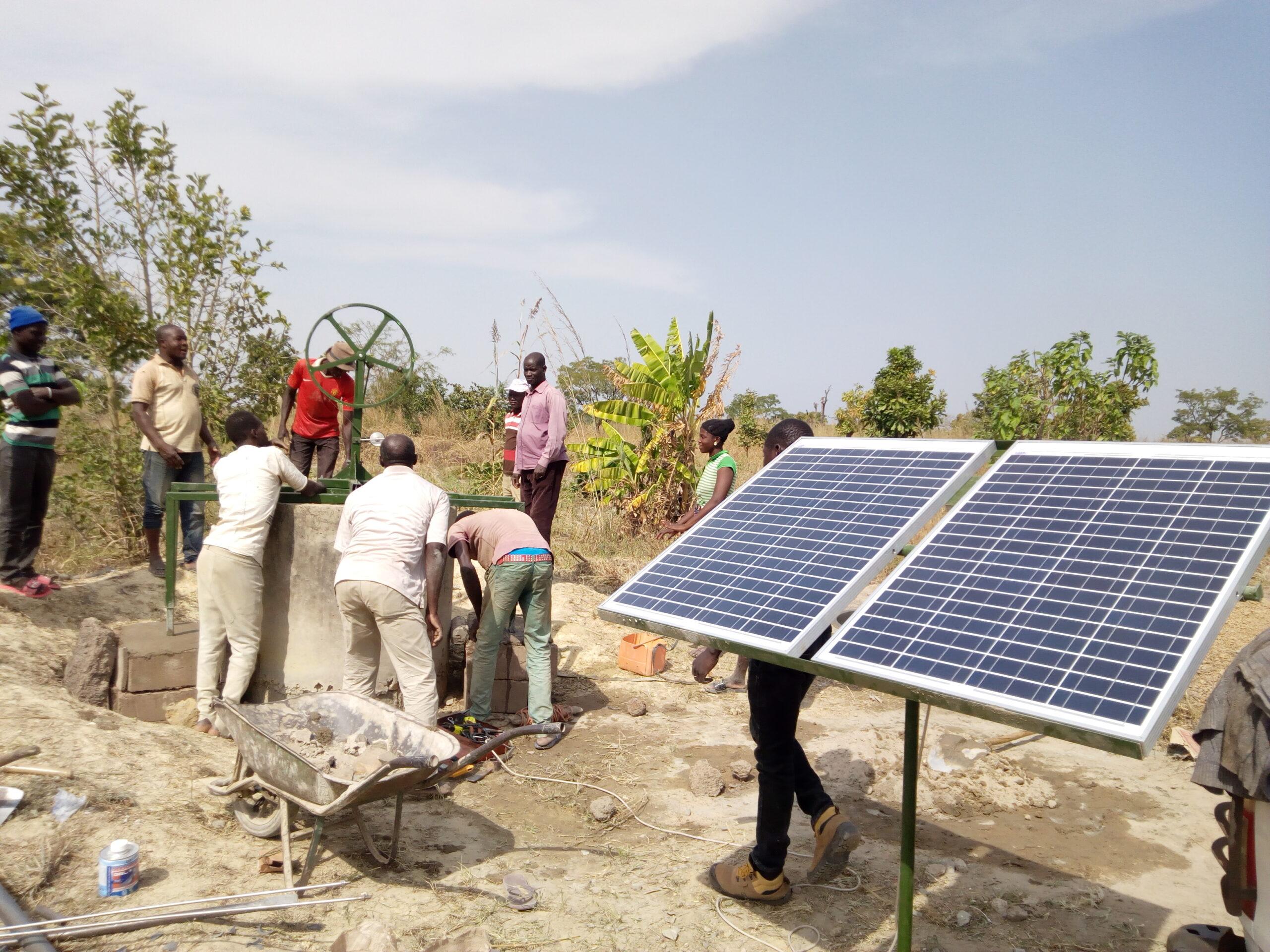 30% de la population mondiale n'ont pas accès à une eau potable, mais seulement à une eau non traité. Désormais, un projet sur deux mené par l'ONG Electriciens Sans Frontières a pour ambition de répondre à des besoins en eau de consommation humaine ou d'irrigation, afin de répondre à des enjeux de sécurité alimentaire. Pour ce faire, les techniciens d'ESF réalisent forages et systèmes de pompage solaire pour puiser l'eau en profondeur. - Photo : Electriciens Sans Frontières